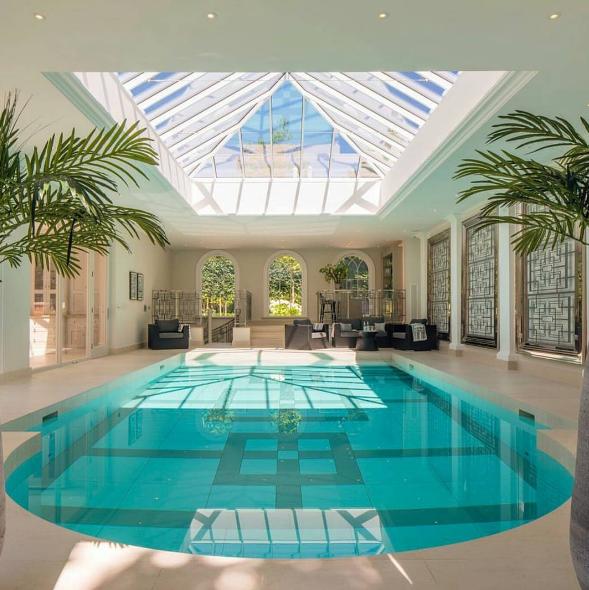 101 planos de casas 10 piscinas interiores para inspirarse for Diseno de casas con piscina interior
