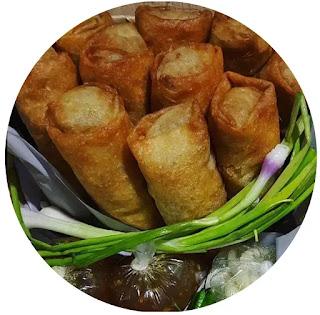 Siapa yang tidak kenal dengan lunpia Semarang? Lunpia adalah kudapan dari rebung dibungkus dengan lembaran tepung. Selain rebung, juga diisi dengan masakan daging ayam atau sapi yang dirajang kecil-kecil. Lumpia disajikan dengan digoreng terlebih dulu atau tanpa digoreng. Oleh-oleh khas Semarang ini biasa disajikan dengan saos untuk melengkapinya.
