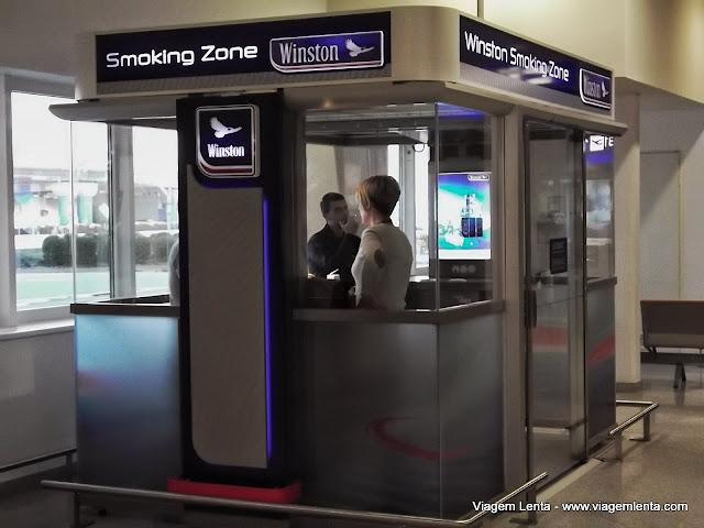 Fumar no aeroporto pode. Mas dentro da caixinha!