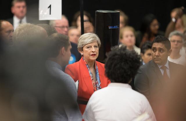 Theresa May tem jogado com todas as forças para combater a liberdade na internet