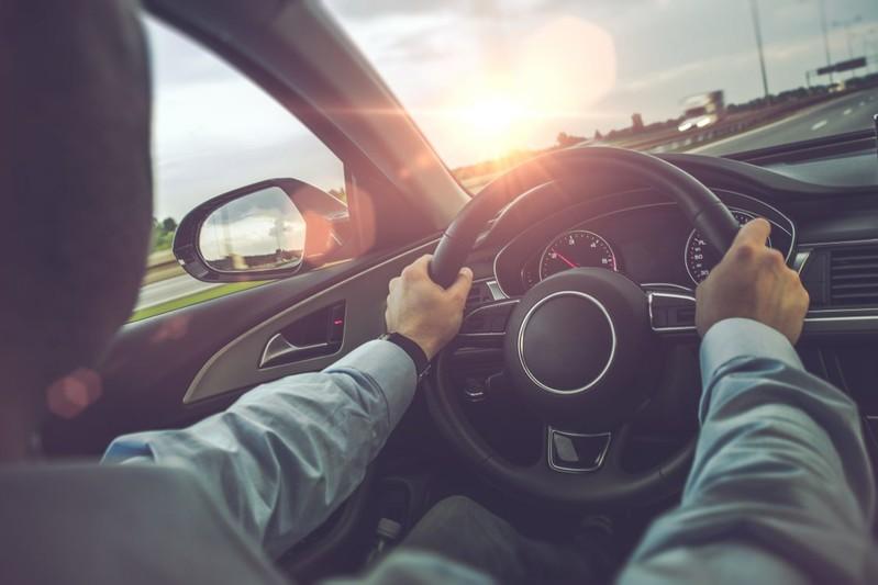 قيادة السيارة - شمس الشتاء
