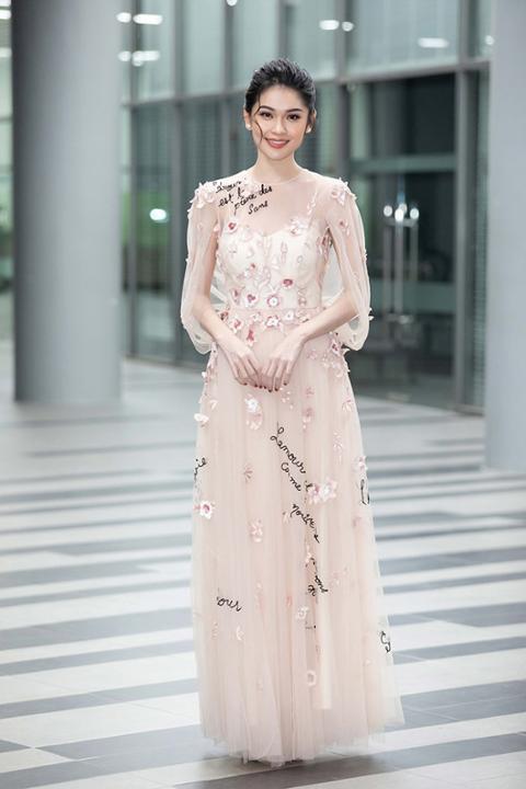 Á hậu Thùy Dung thanh tao như tiên nữ giáng trần với váy đầm thanh lịch