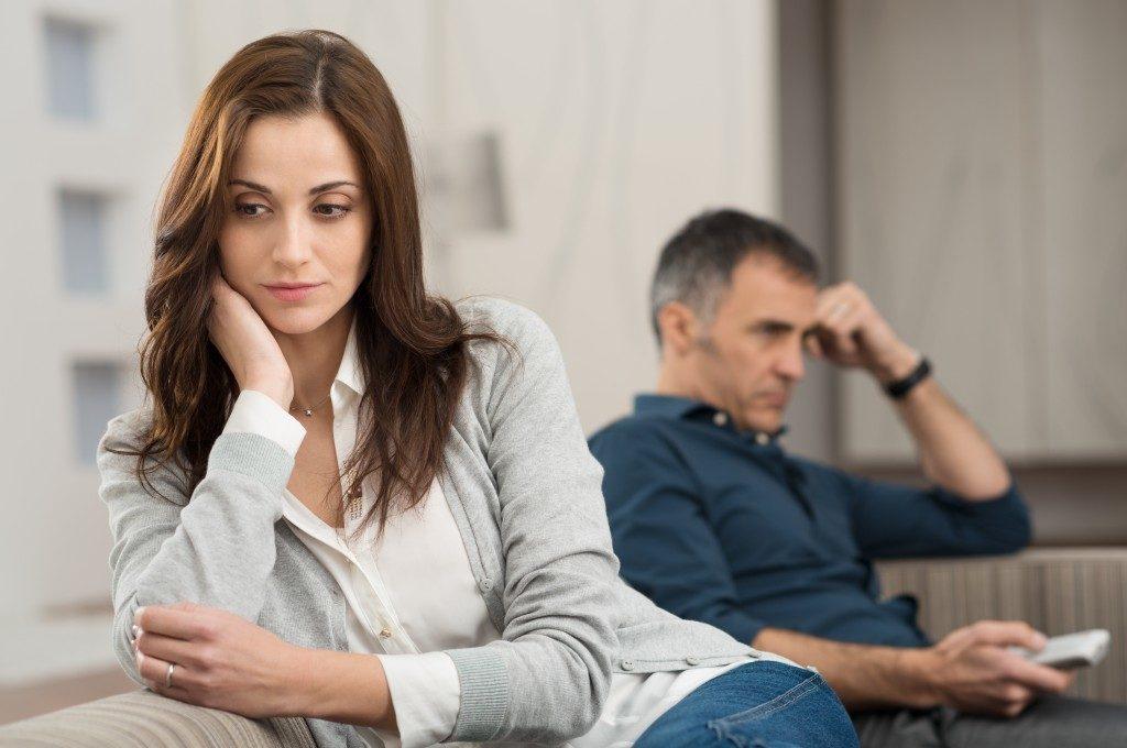 10 Sinais Que Seu Relacionamento Está Indo Ladeira Abaixo