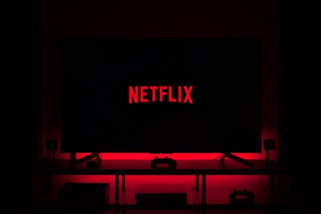 Pantalla de TV con imagen del logo de Netflix