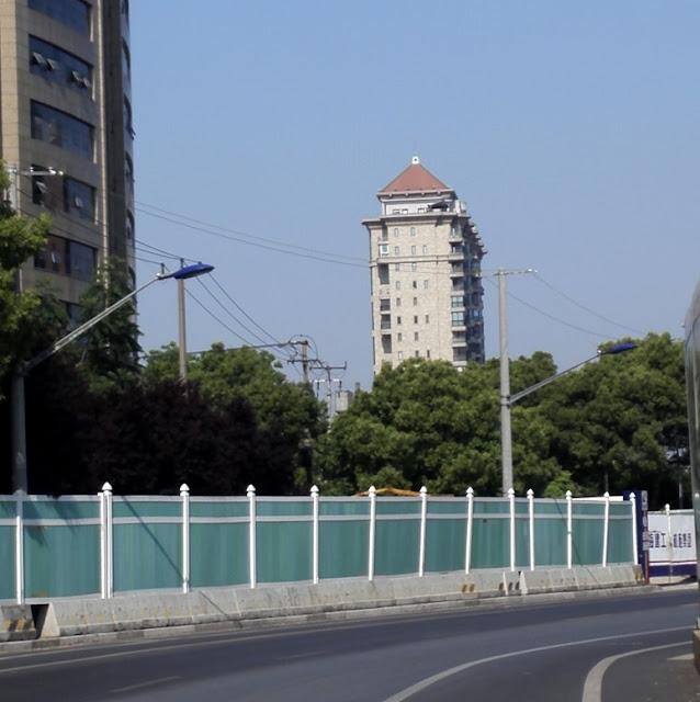 高層マンションの屋上に建つ家