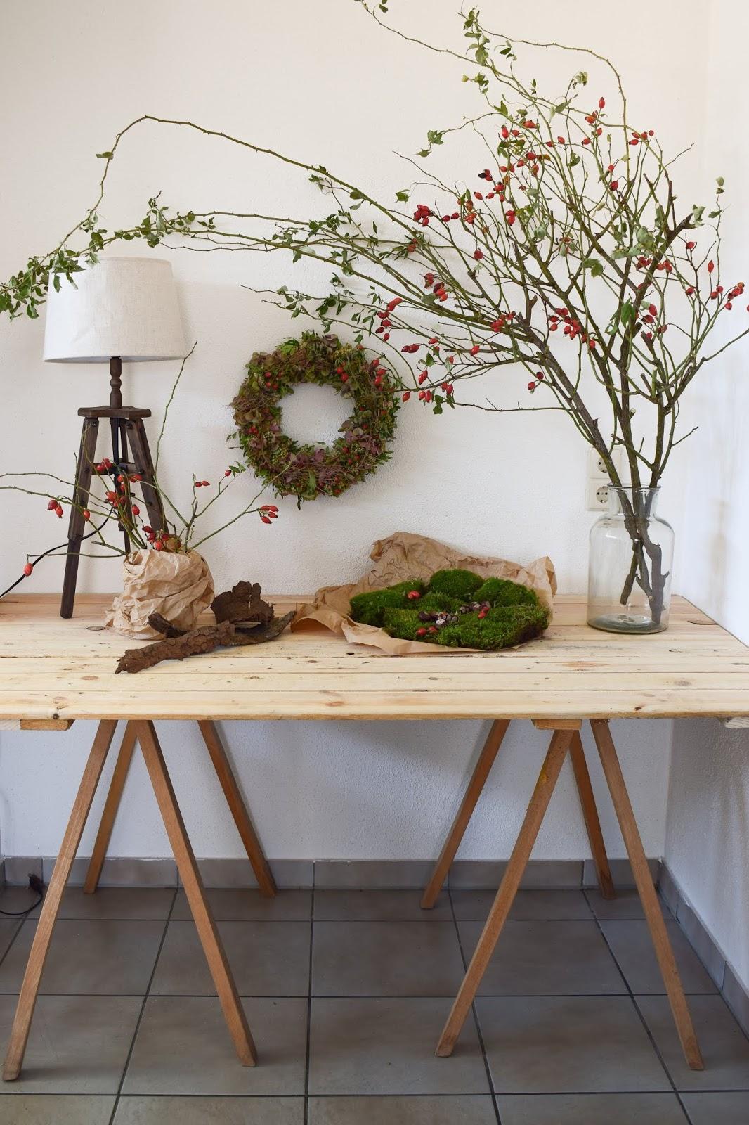 Herbstliche Dekoidee mit Hagebutten für deine Konsole und Sideboard. Natürlich dekorieren mit Naturmaterialien