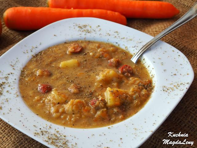 Gęsta zupa soczewicowa z frankfurterkami