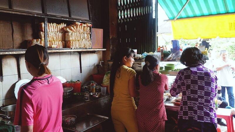 quán hủ tiếu bà sẩm do em gái bà Hưng đứng bếp chính cùng các con