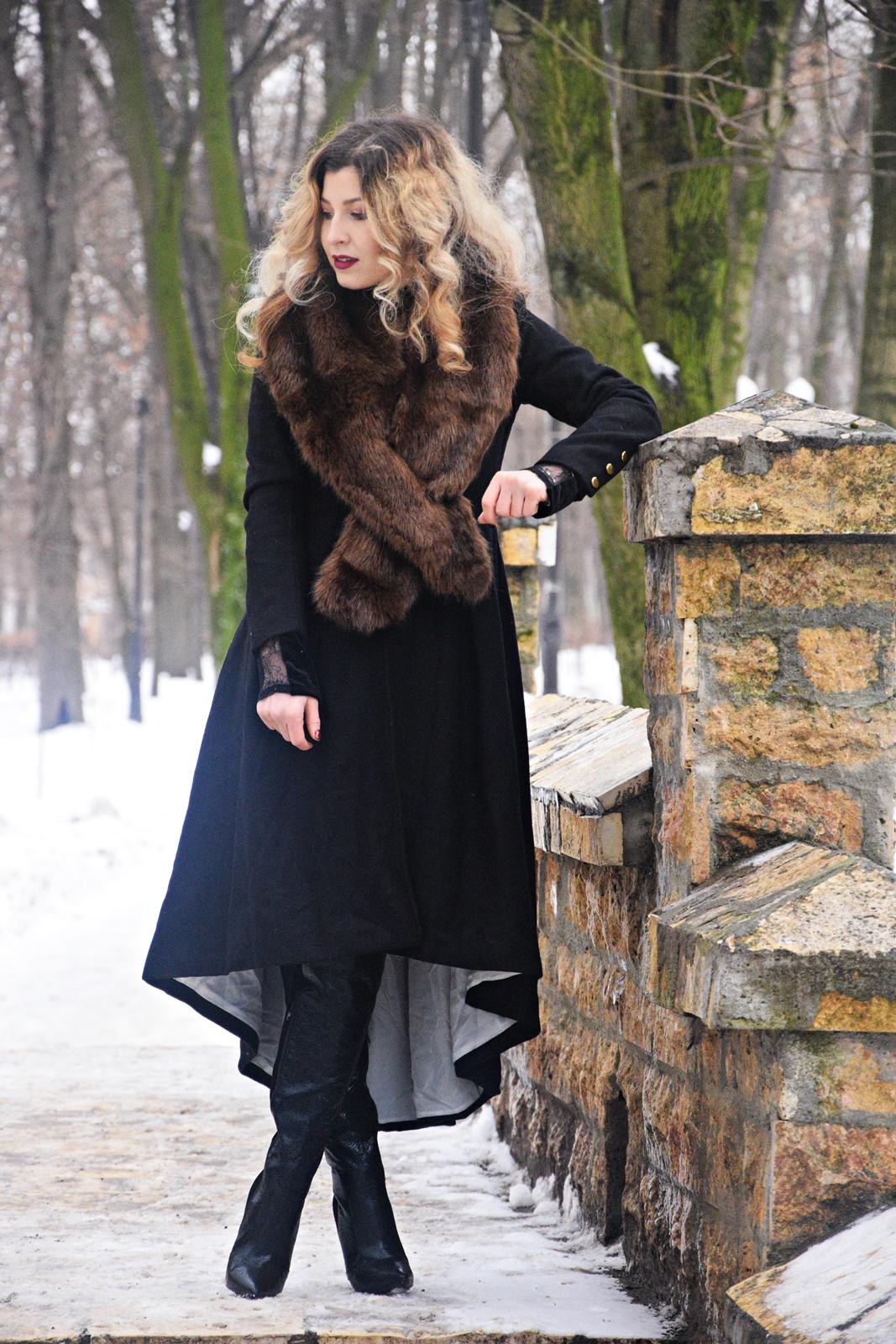 Palton dintr-un material gros, ce ofera tinuta. Se aseaza perfect pe corp si are un  aer de epoca