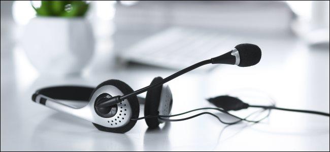 سماعة صوت مزودة بميكروفون مدمج ، والتي يمكنها تقليل ضوضاء الخلفية.