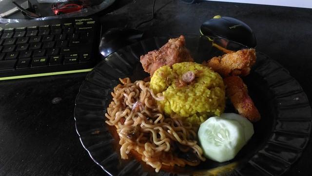 Nasi kuning buatan sendiri