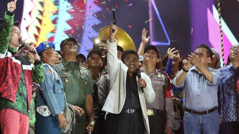 Plt Gubernur DKI Jakarta Soni Sumarsono menembakkan suara di acara Tahun Baru di Ancol