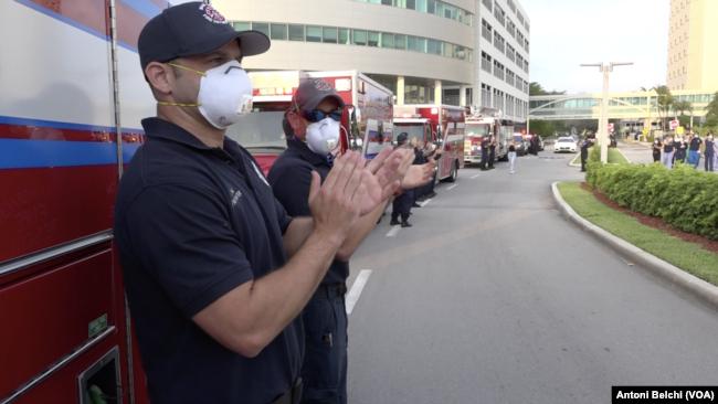 Bomberos de Miami Beach aplauden a los médicos del servicio de emergencias del hospital Mount Sinai de esa ciudad por la labor que están haciendo ante la pandemia del COVID-19 / VOA
