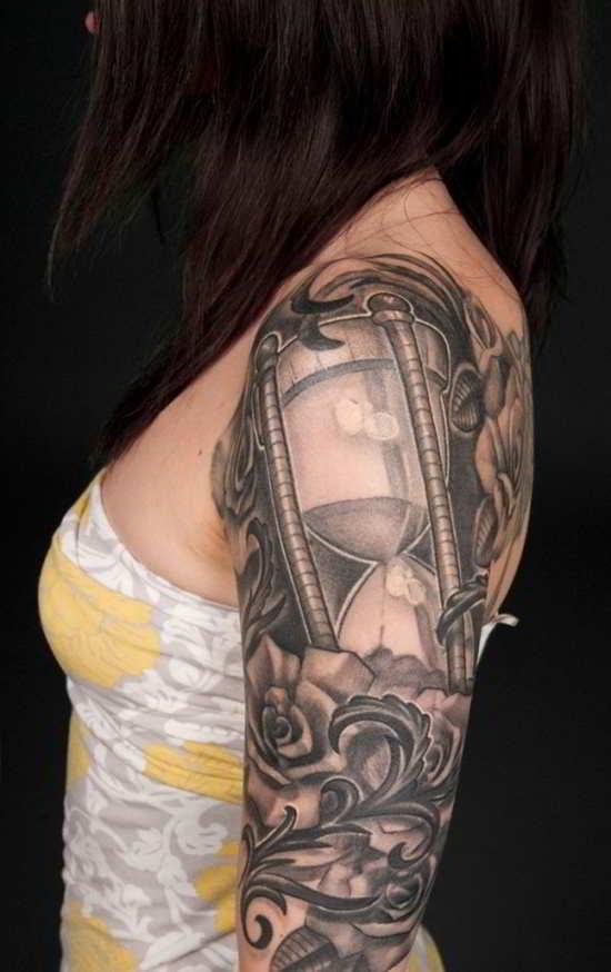 imagen de una chica tatuada con un reloj de arena en el brazo