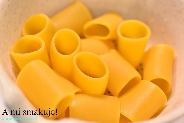 Zapiekany bezglutenowy makaron cannelloni w sosie pomidorowym