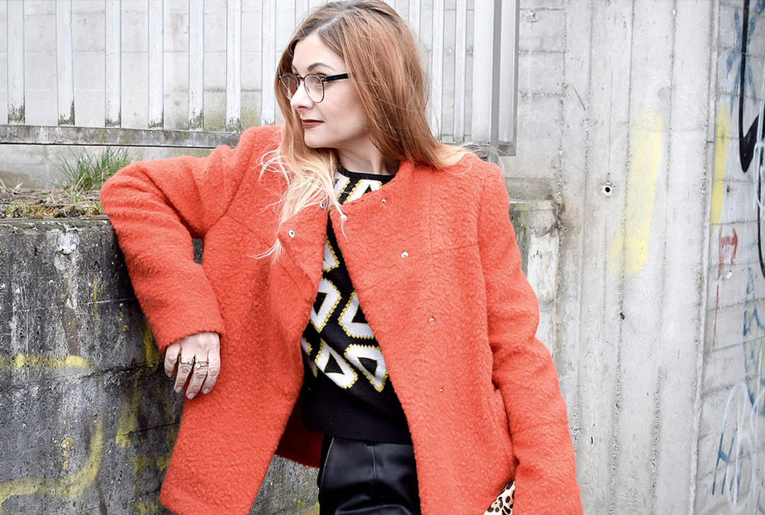 Look mit schwarzer Lederhose und Jacke in Orange, Ü40 Modeblog