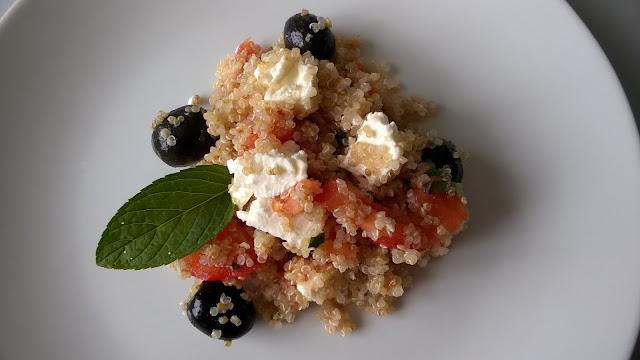 Salade quinoa, olives noires et feta