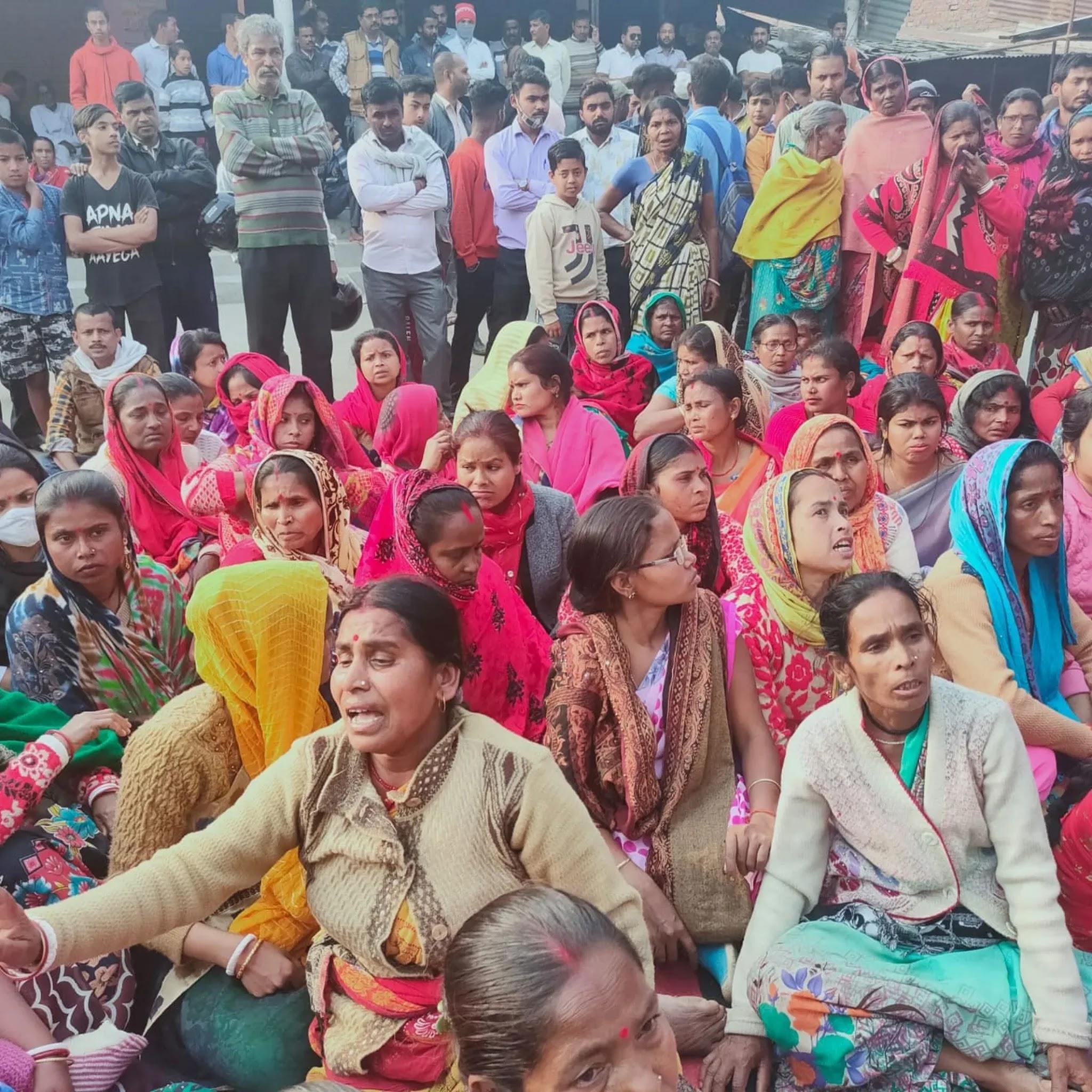 शक्तिफार्म के गोविंदनगर गांव में सभा में मौजूद ग्रामीण