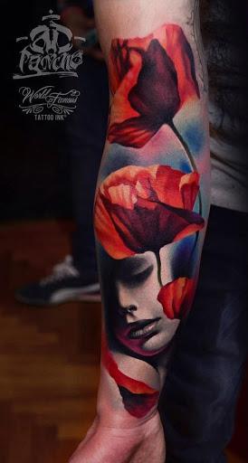 Bonita, sleeve tattoo. O projeto mostra um grupo de flores vermelhas de frente para o sol, enquanto suas pétalas suavemente cair sobre o rosto de uma mulher dormindo.