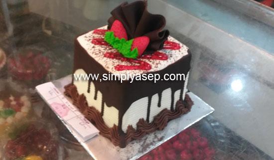 KUE ULANG TAHUN : Inilah kue ulang tahun yang berhasil saya dapatkan di toko kue DO ME di Jalan Patimura Pontianak.  Harganya terjangkau. Foto Asep Haryono