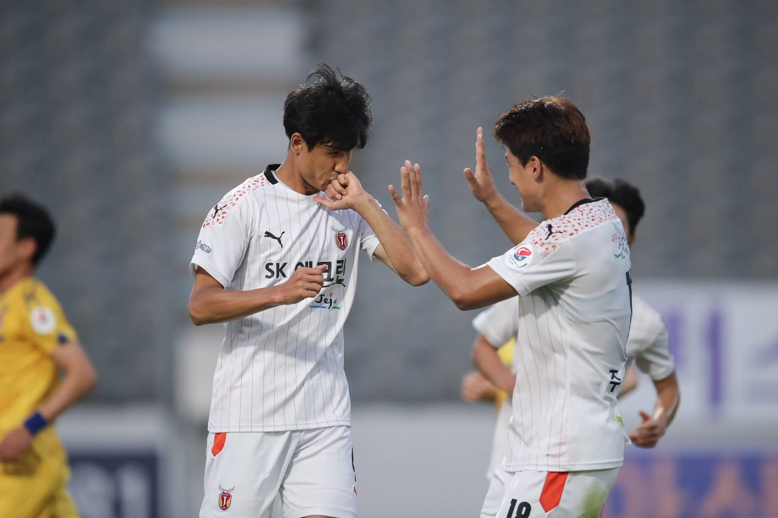 Jung Jo-gook celebrates his first goal for Jeju. 06.20.20
