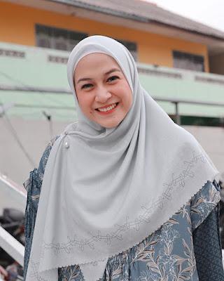 Nina Zatulini cantik hijab dan jilbab OOTD