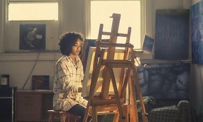 Caballete de pintura en estancia con pintora