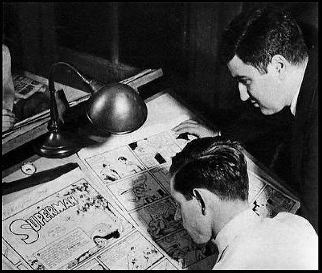 Shuster desenha enquanto Siegel olha atentamente e palpita na arte final