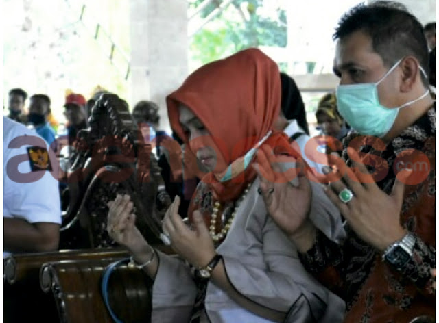 Hajjah DR (Cn) Rizayati,.SH,.MM Presdir PT. IRJ, Jenguk Arwah Korban Gempa Tsunami Aceh