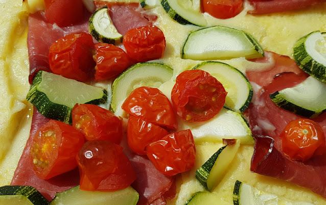 Rezept: Herzhafter finnischer Ofenpfannkuchen. Ich zeige Euch einen Belag aus Tomaten, Zucchini und Katenschinken, doch auch andere herzhafte Beläge sind möglich und verfeinern die Pfannkuchen einfach und raffiniert!