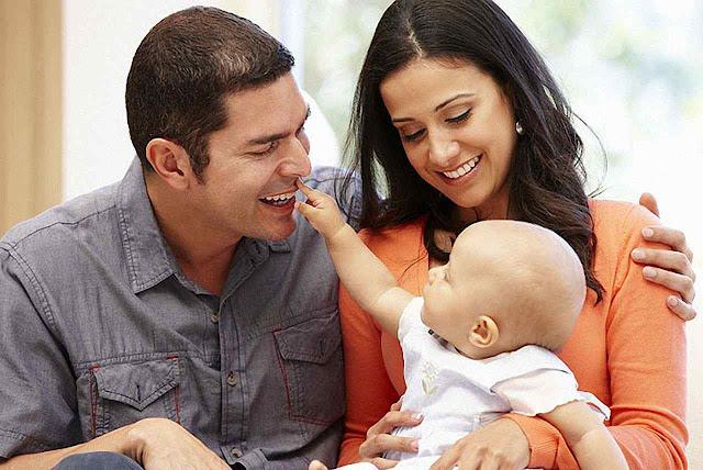 O bebê aprende a diferenciar, a relacionar as vozes, gestos, atitudes corporais, intenções e fatos de modo natural não virtual