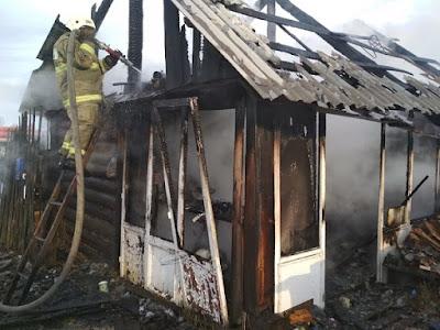 В результате пожара на площади 15 кв. м повреждена кровля надворных построек.
