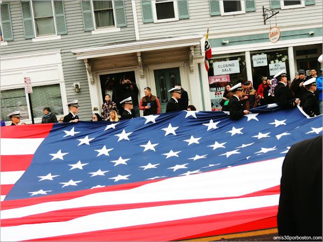 Militares exhibiendo la Bandera de Estados Unidos durante el Desfile de Acción de Gracias de Plymouth, Massachusetts
