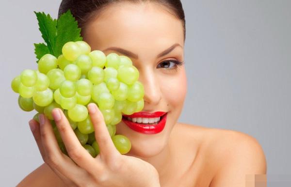 Quả nho chứa rất nhiều vitamin và khoáng chất tự nhiên tốt cho da