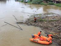 TRC BPBD Kab.HSU Bersihkan Sampah Yang Menumpuk Dibawah Jembatan Paliwara
