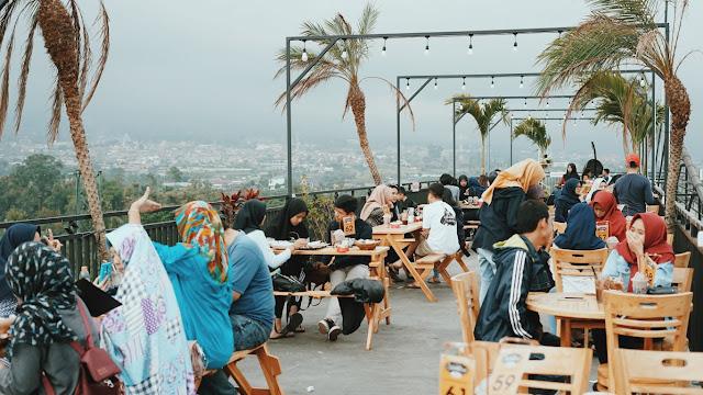 Indahnya pemandangan Cokelat Klasik Cafe ketika siang hari