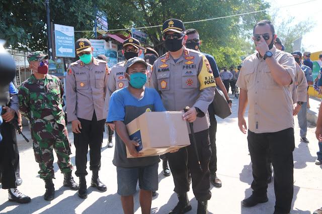 Kapolda NTB Terjun Langsung Bagikan Paket BALASA di Gili Matra Lombok Utara