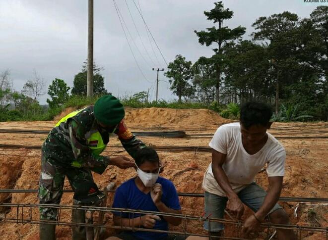 Lakukan Komsos Bersama Warga Pekerja Bangunan, Babinsa Desa Selemam Himbau Warga Terapkan Protokol Kesehatan