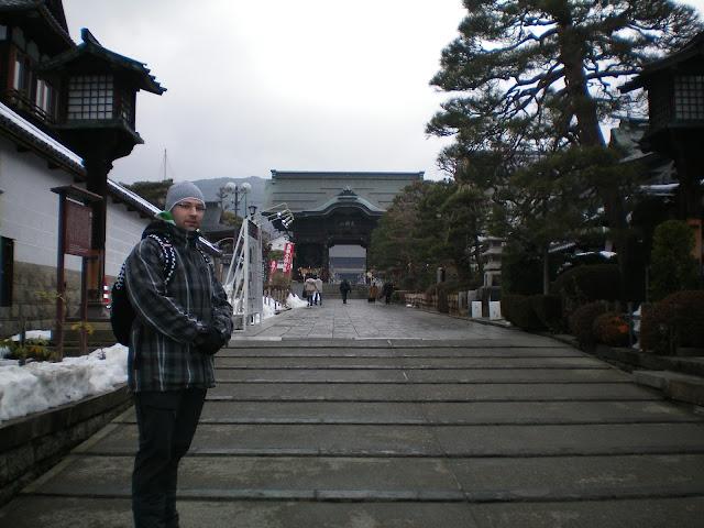 Puerta Niomon del templo Zenko-ji en Nagano