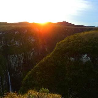 Cachoeira do Tigre Preto (à Esquerda) em Por do Sol no Cânion Fortaleza, Cambará do Sul