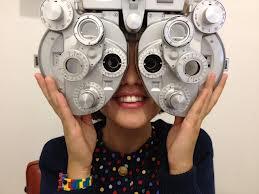 2a0aeb893 Máte strach z preventívnej prehliadky u lekára? Pre tých, ktorí ešte nemali  možnosť navštíviť očnú optiku je to možno podobný pocit. Návštevy v očnej  optike ...