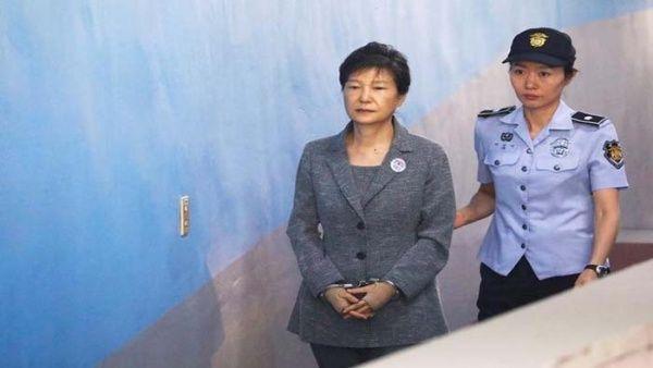 Condenan a expresidenta surcoreana a 24 años de prisión