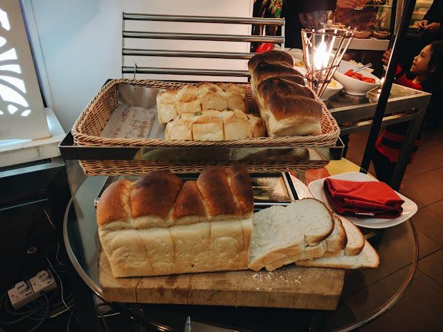 Pelbagai jenis roti dan sup disediakan