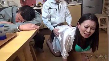 Viola a la esposa de su jefe mientras él duerme la mona