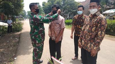 Babinsa Koramil 427-05 Dan Sekdes kampung Simpang Asem menghimbau Masarakat patuhi Protokol Kesehatan Saat Keluar Rumah