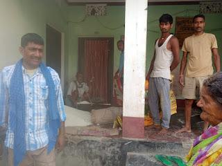 यादोराहिमपुर में जनवितरण प्रणाली दूकनदार ने कार्डधारियों के बीच किया मुफ्त राशन वितरण।