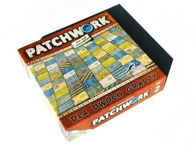 na zdjęciu pudełko gry patchwork w odcieniach brązu z ilustracją patchworkowej kołderki