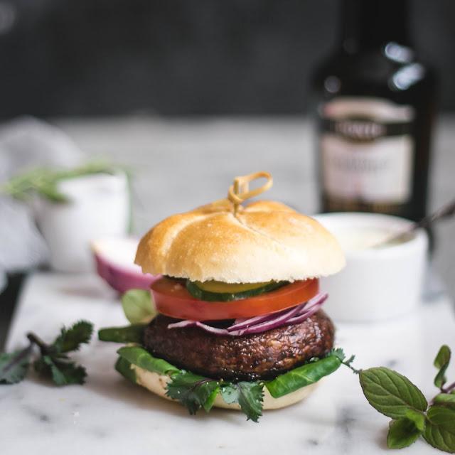 wegetariański hamburger, portobello, grillowane pieczarki