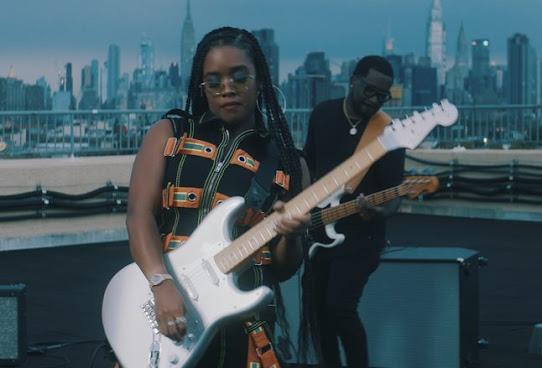 H.E.R. faz história ao ser a primeira mulher negra a lançar guitarra da linha Stratocaster da Fender