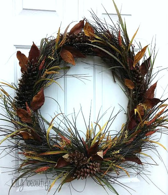 Fall wreath for the front door at www.diybeautify.com